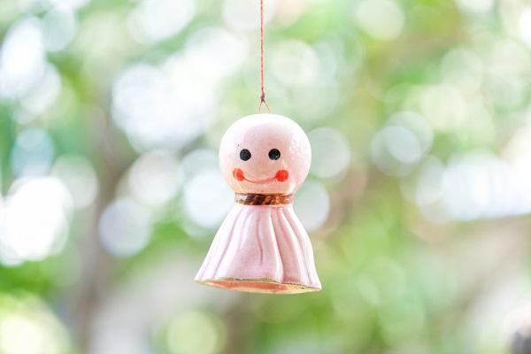 【てるてる坊主】梅雨時期にぴったりの製作!保育室に飾りたくなるかわいいアイデアとねらい