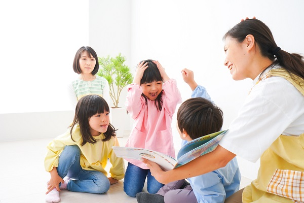 子どもに絵本を読み聞かせる先生