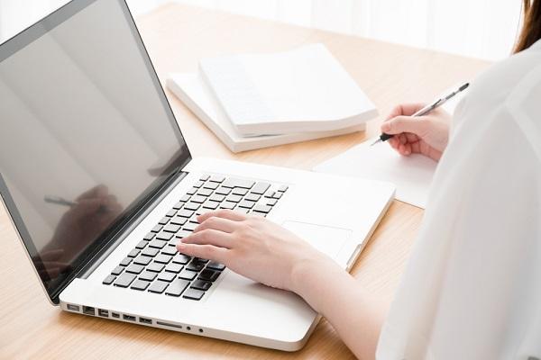 【保育士試験】独学で一発合格したい方必見!勉強時間や方法などの対策ガイド