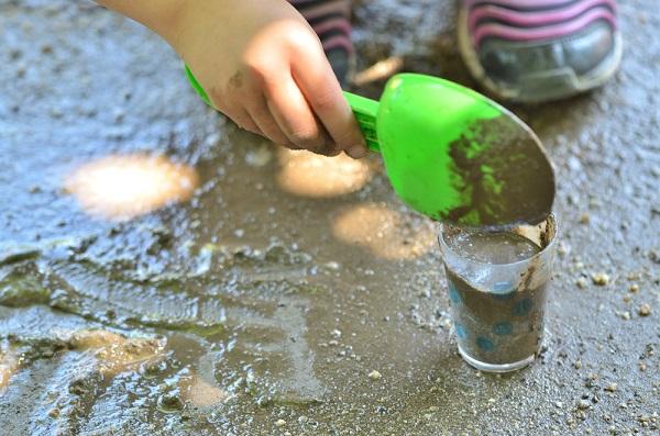 泥遊びをする様子