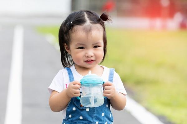 水筒を持つ子ども