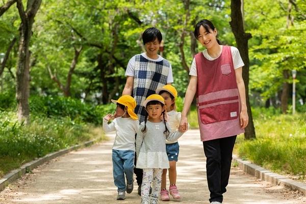 子どもと散歩する様子