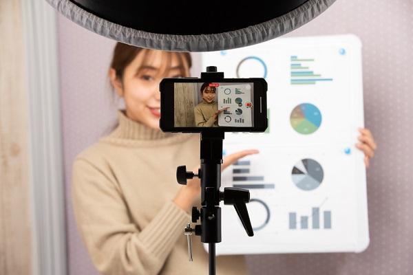 ビデオ撮影する女性