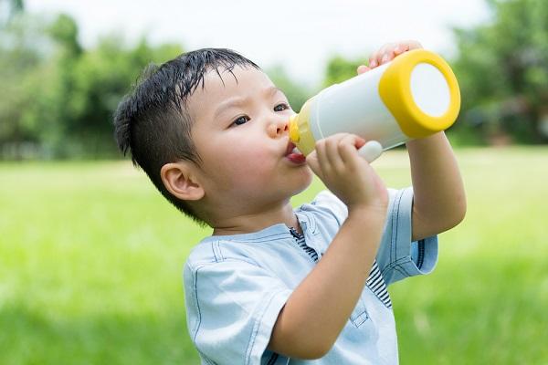水分補給をする子ども