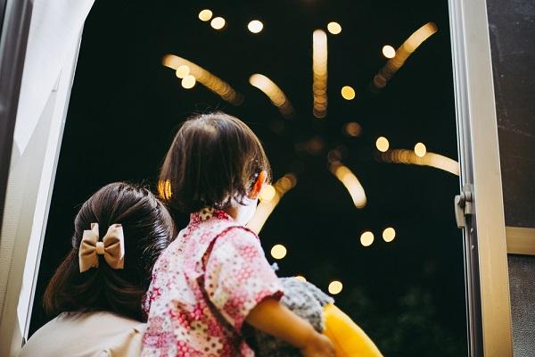 花火を見ている子ども