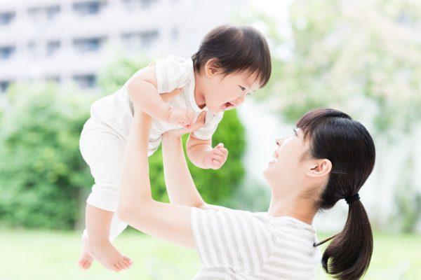赤ちゃんをだっこする