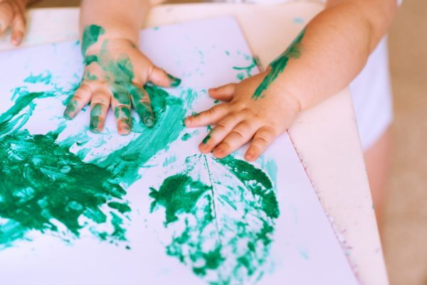 0歳児・1歳児・2歳児が楽しめる秋の製作アイデア。きのこやコスモスなど11選
