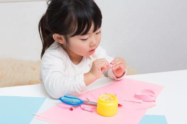 【2・3歳児~】製作遊びでのりの使い方を伝えるには?わかりやすい説明方法