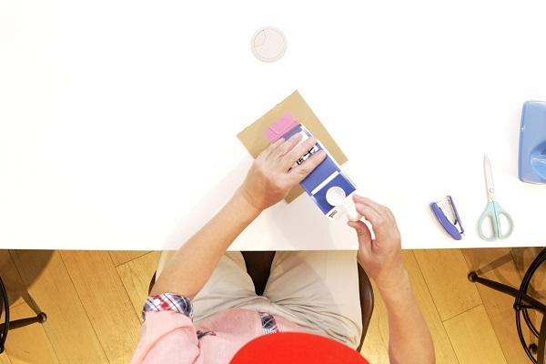 ペットボトルキャップを貼る位置を示す写真