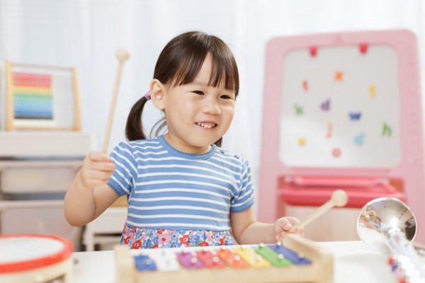 楽器で遊ぶ女児