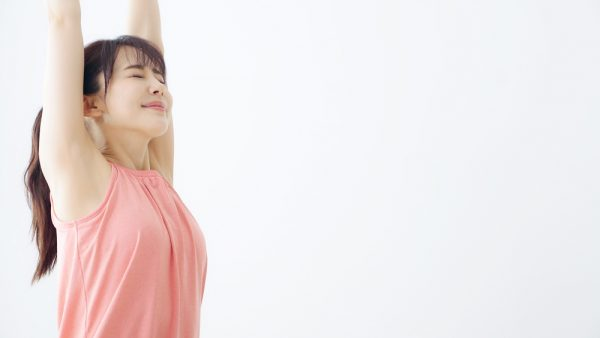 身体を伸ばす女性