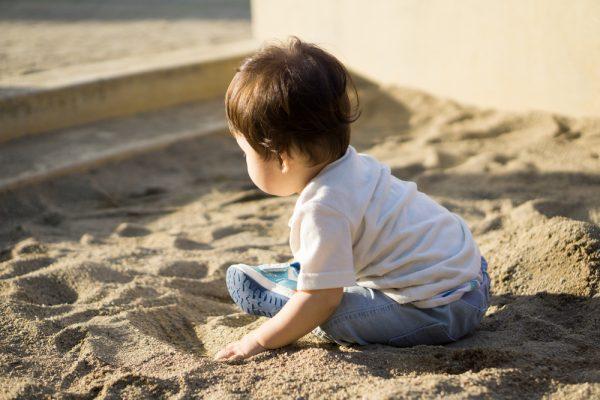 砂場の子ども