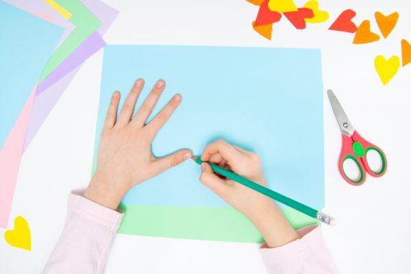 保育園で画用紙遊びを楽しもう!ねらいや簡単な工作アイデア9選
