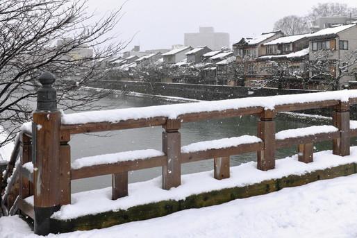 石川県の街に降る雪