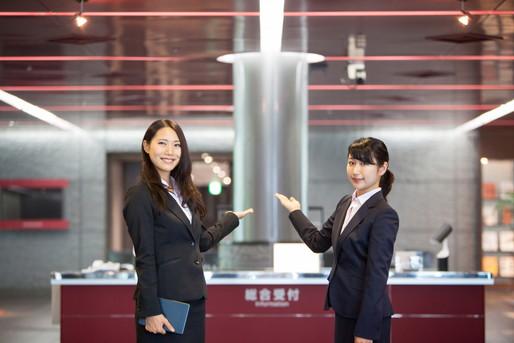 笑顔で出迎えるホテルマンの女性二人