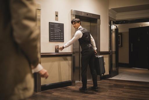 部屋を案内するホテルマン