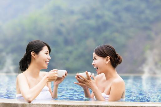 温泉と女性2人