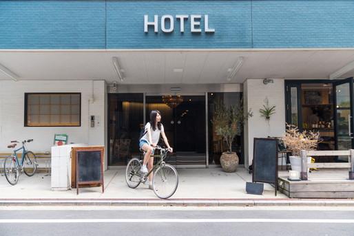 ホテルから自転車で帰る女性
