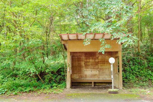 森の中のバス停