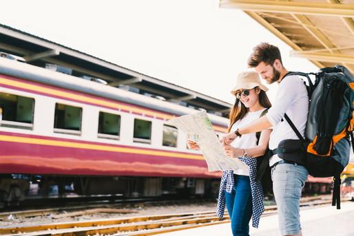 旅の計画を立てる外国人カップル