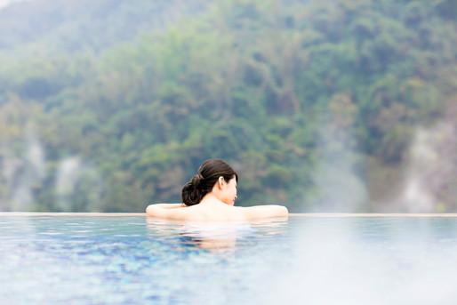 温泉でゆっくりする女性