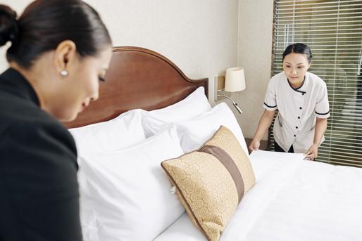 協力して働くホテルスタッフたち
