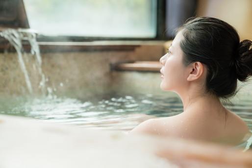 温泉であたたまる女性