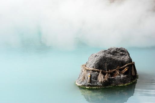 温泉と湯気と岩