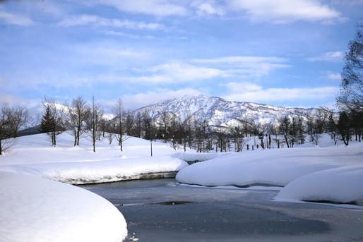 雪と川と山