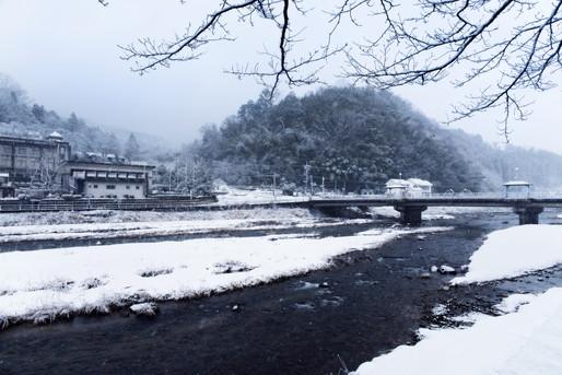 雪が積もった田舎道