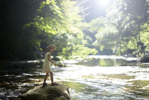 自然での暮らしを満喫する子ども