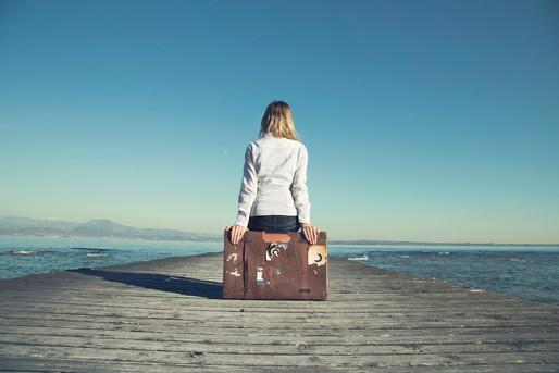 旅行かばんと女性