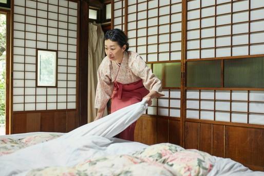 旅館で布団を敷く女将