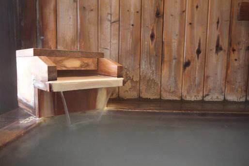 温泉と木の湯舟