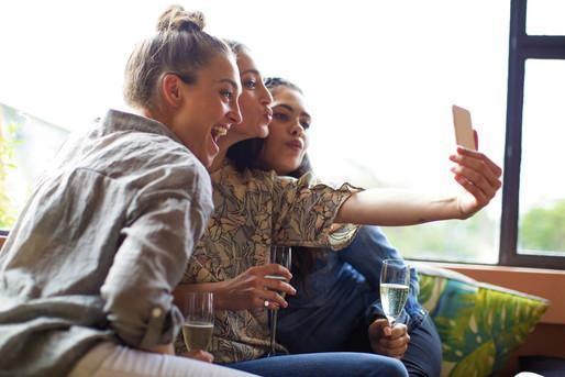 インスタに写真をアップする女性たち