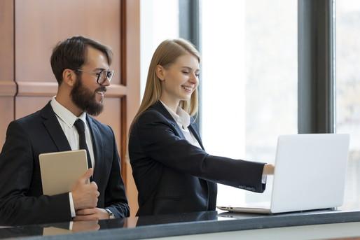 ホテルフロントで仕事する女性と男性