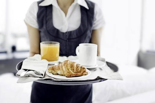 朝食を持っていくホテルマン