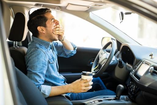 運転中にあくびが出る男性