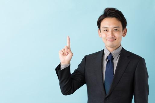 人差し指を立てた男性