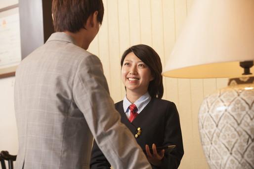 外国人対応する女性スタッフ
