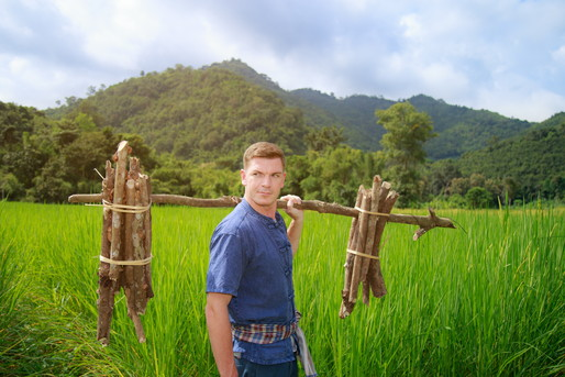 農作業体験をする外国人男性