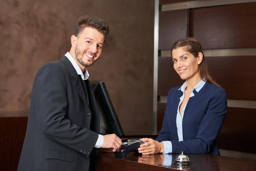 フロントに男性と女性