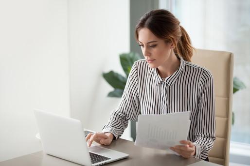 パソコンの前に座っている女性
