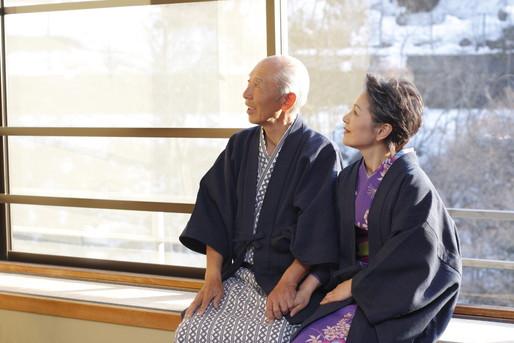 年配夫婦で旅館に泊まる