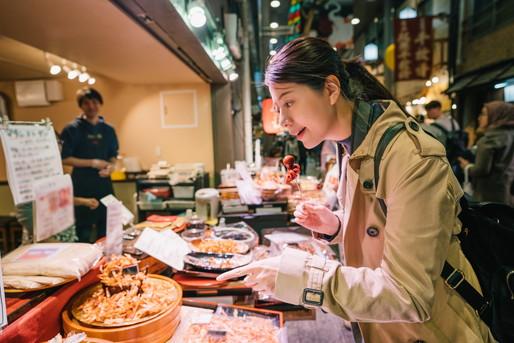 食べ歩きを楽しむ外国人