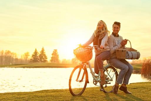 サイクリングする外国人男女