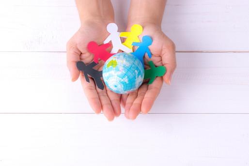 手のひらに人と地球