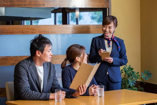 レストランで注文を受ける女性