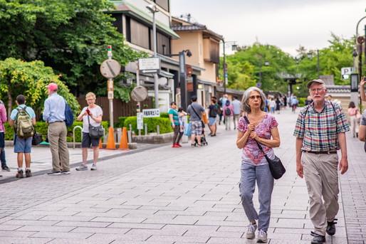 地方を観光する外国人