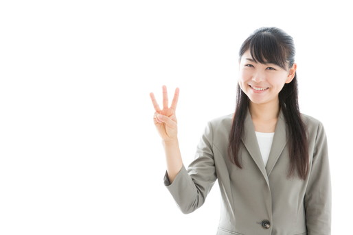 三本の指を示す女性
